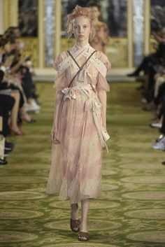 Simone Rocha Ready to Wear Spring 2016 Summer Fashion Trends, Spring Summer Fashion, Runway Fashion, Fashion News, Fashion Brands, Womens Fashion, Spring 2016, Quirky Fashion, Timeless Fashion