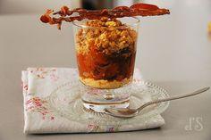 Crumble à la tomate - Ingrédients : 2 tomates cœur de bœuf, 1 oignon rouge, 1 c. à c. de sucre roux, 1 gousse d'ail, huile d'olive...