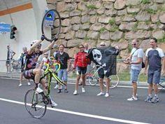 Ciclista con la rueda por todo lo alto www.lasfotosmasgraciosas.com