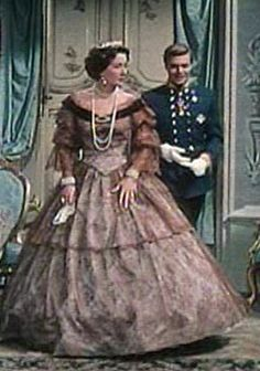 Sophie et Franz in Sissi in Bad Ischl after he came in late due to meeting Sissi. Austria, We Wear, How To Wear, Film Serie, Classic Movies, Classic Hollywood, Strong Women, Southern Mansions, Dress Up