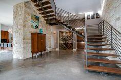 escalier suspendu, escalier ouvert design, parement mural en pierre