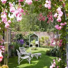 Rose Gardening Small city garden with roses - Small garden ideas and small garden design, from clever use of lighting to colour schemes and furniture, transform a tiny outdoor space with these amazing small garden design ideas. Rose Garden Design, Vegetable Garden Design, Small Garden Design, Vegetable Gardening, Small City Garden, Small Gardens, Modern Gardens, Small Rose Garden Ideas, Small Country Garden Ideas