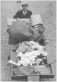 De voddenman - This guy would pick up old clothes, rags, etc., old stuff we'd otherwise  throw away...