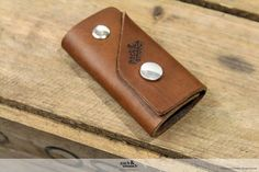 The Pack & Smooch keyholder KINGSLEY is made from 100% natural vegetable tanned leather - 100% vegetable tanned leather - Holds up to 5 keys - Very flat package to fit your pocket easily - Two chicago screws in different sizes (more keys/less keys) - Comes with a nice package design -