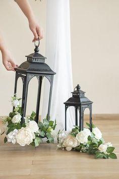 Lantern Centerpiece Wedding, Wedding Lanterns, Lanterns Decor, Wedding Table Centerpieces, Diy Wedding Decorations, Wedding Table Arrangements, Lanterns With Flowers, Inexpensive Wedding Centerpieces, Simple Elegant Centerpieces