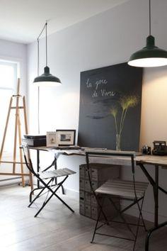bureau tréteaux et plateau bois chiné - pense-bête ardoise - suspensions industrielles - noir et blanc