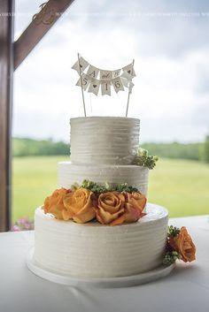 White Buttercream Wedding Cake With Orange Roses Wedding Cake Photos, Amazing Wedding Cakes, Wedding Cake Rustic, Wedding Cakes With Flowers, Wedding Pictures, White Buttercream, Buttercream Wedding Cake, Orange Wedding Colors, Fresh Flower Cake