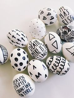 These DIY Sharpie Easter eggs couldn't be any easier or more fun. Simply hard boil your eggs and then get to decorating with a black Sharpie marker! Easter Egg Dye, Hoppy Easter, Easter Egg Designs, Diy Ostern, Little Designs, Egg Art, Blog Deco, Egg Decorating, Easter Crafts