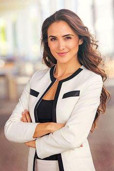 ideas photography poses professional business portrait for 2019 Business Portrait, Corporate Portrait, Corporate Headshots, Business Headshots, Headshot Poses, Portrait Poses, Female Portrait, Portrait Lighting, Senior Portraits