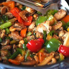 Spicy kyllingwok med cashewnøtter og sesam - Sukkerfri Hverdag Asian Recipes, Healthy Recipes, Ethnic Recipes, Healthy Food, Dinner Is Served, Wok, Food Inspiration, Food To Make, Spicy