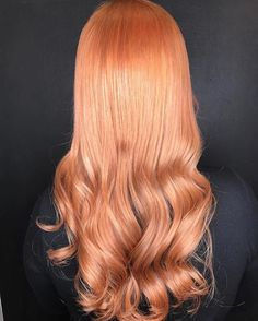 Peach hair color is having a moment right now. Peach is the most feminine hair color trend that is all in range. It goes with any hair type and it can be suited Peach Hair Colors, Coral Hair, Live Coral, Hair Inspiration, Long Hair Styles, Raven, Image, Beauty, Instagram