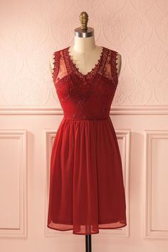 La poésie savoureuse des baies poussant à l'ombre des fougères se goûte dans cette robe estivale. The delicious poetry of the berries that grown in the shade of ferns can be tasted with this summer dress. Red crochet lace cut-outs chiffon dress www.1861.ca