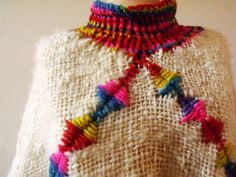 ponchos en telar cuadrado - Buscar con Google Wool Embroidery, Tear, Crochet Poncho, Loom Weaving, Crochet Home, Fashion Images, Hand Knitting, Crochet Necklace, Handmade Items