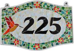 Numeral residencial feito em mosaico de vidros coloridos. Lindo!