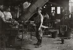 Lewis Hine - Carrying-in boy