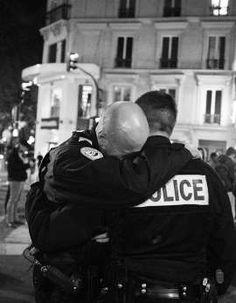Attentats à Paris : l'histoire de la photo des policiers émus aux larmes