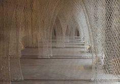 """Fibre Columns / Romanesque Church"". Materiales: Nylon. Técnicas: Tejido a mano, Crochet. Localización: Musee Jean Lurcat de la tapisserie contemporaine, Angers, Francia. © Toshiko Horiuchi Macadam."