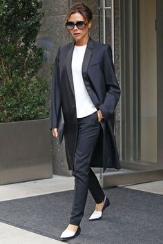 From one of the Spice Girls to a successful designer and mom of large family – career Victoria Beckham walked hand in hand with a change in her style. Fashion Mode, Office Fashion, Business Fashion, Fashion Week, Look Fashion, Business Suits, Business Style, Victoria Beckham Outfits, Style Victoria Beckham