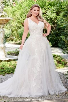Wedding Dresses For Curvy Women, Plus Size Bridal Dresses, Dresses For Apple Shape, Plus Size Wedding Gowns, Fall Wedding Dresses, Wedding Dress Sleeves, Designer Wedding Dresses, Gown Wedding, Lace Wedding
