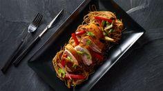 Restované asijské nudle s pečenou kachnou Thing 1, Baked Potato, Cabbage, Tacos, Potatoes, Baking, Vegetables, Ethnic Recipes, Food