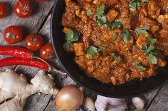 A bowl of chicken curry, with ingredients next to it Chicken Tikka Masala, Pollo Tikka Masala, Easy Cooking, Cooking Recipes, Paleo Recipes, Curry Pasta, Indian Food Recipes, Ethnic Recipes, Wie Macht Man