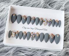 Dripping Chrome Nails Gold Drip Press On Nails Melting Beige Nails, Brown Nails, Stick On Nails, Glue On Nails, Gel Glue, Uv Gel Nails, Chrom Nails, Grey Nail Art, Bling Nail Art