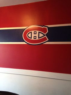 Minus the logo Boys Hockey Room, Hockey Bedroom, Kids Bedroom, Montreal Canadiens, Woman Cave, Teen Room Decor, Home Reno, Bedroom Themes, My New Room