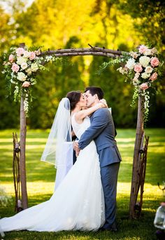 Wedding arch for an unforgettable secular ceremony - 75 decorating ideas The secular wedding ceremony has its magic moments full of emotions that leave unforgettable memories. To pronounce one's vows under a wedding arch is. Simple Wedding Arch, Wedding Arch Rustic, Floral Wedding, Wedding Flowers, Trendy Wedding, Diy Flowers, Boho Wedding, Bouquet Wedding, Flower Ideas