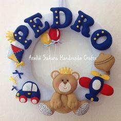 Guirlanda Porta de Maternidade Urso Príncipe Diy Home Crafts, Felt Crafts, Handmade Crafts, Felt Wreath, Fabric Wreath, Baby Shawer, Baby Box, Baby Presents, Baby Gifts
