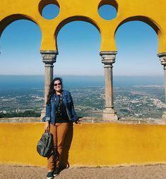 Palácio da Pena ou Pena Palace em Sintra, Portugal. Uma mistura de moderno com antigo, cores e formas geométricas intensas.  Uma paisagem maravilhosa pode ser vista deste local. Um dos melhores passeios em Lisboa, sem dúvida!