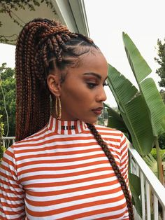 All styles of box braids to sublimate her hair afro On long box braids, everything is allowed! For fans of all kinds of buns, Afro braids in XXL bun bun work as well as the low glamorous bun Zoe Kravitz. Blonde Box Braids, Black Girl Braids, Braids For Black Hair, Girls Braids, Afro Braids, Twist Braids, African Braids, Hair Twists, African Hair