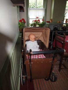Antieke kinderwagen in het Openlucht Museum De Spitkeet inHarkema Friesland-Holland.