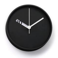 Normal Timepieces Wanduhren - Schon auf den ersten Blick sind die Normal Timepieces Wanduhren von Ross McBride einfach nur elegant und minimalistisch. Und dennoch verändert sich ständig auf subtilste Art und Weise das Bild an der Wand, wenn sich die Stundenscheibe mit der Zeit bewegt und die darunter liegende Schrift freigibt. Für 175,00 €