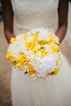 yellow and white wedding flowers bouquet
