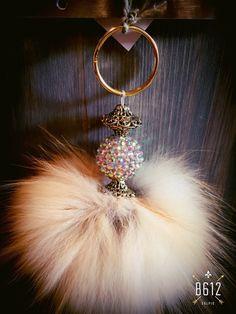 Porte-clés pompon de fourrure pompon de fourrure par Axelledesign Cute Keychain, Keychains, Diy Jewelry, Jewelry Making, Ring Necklace, Earrings, Fur Bag, Fur Accessories, Fur Pom Pom