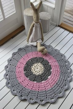 The round crochet rug is a versatile craft that you can make to decorate your home or even to sell and complement your income. Crochet Mat, Crochet Rug Patterns, Crochet Cozy, Crochet Fabric, Fabric Yarn, Love Crochet, Crochet Flowers, Mandala Rug, Knit Rug