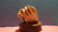Hands of Christ, Mani di Cristo Splendido oggetto ispirato da Ezechiele 36.26 Rappresenta le mani di Cristo che trasformano il cuore di pietra in cuore di carne. La rappresentazione è dipinta a mano e misura circa 9,5 cm di diametro x 9,5 di altezza.