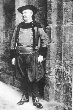 """Régis de l'Estourbeillon, fondateur de l'Union régionaliste bretonne en costume """"glazig"""" avec bragoù bras, 1904"""