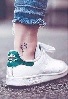 Un tatouage minimaliste pour enfin franchir le pas #tatouage #minimaliste #petit #mini #discret #fin #beauté #tattoo #dessin #aufeminin #flamant #rose #cheville #baskets