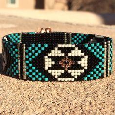 Ce bracelet en Turquoise et noir perle Loom a été inspiré par tous les beaux natif et Latin American modèles que je vois autour de moi à Albuquerque, Nouveau-Mexique. Comme pour toutes mes pièces, je lai ai créé sur un métier à tisser perles avec grand soin et souci du détail. Remarque importante : S'il vous plaît mesurer votre poignet avant le placement de commande, pour assurer un ajustement adéquat. Ces bracelets ne sont pas réglables. Les perles utilisées dans cette pièce sont mes…