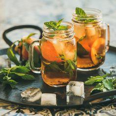 Wir meinen, man sieht, fühlt, riecht und schmeckt den Unterschied. Aber vielleicht ist das nur so, weil wir uns als Bio Tee Anbieter sehr viel mit Tees beschäftigen. Dadurch haben wir einen geschulten Blick auf unterschiedliche Teequalitäten und verschiedene Produktionsformen. Wir haben uns deshalb bemüht, hochwertige Bio Tees möglichst sachlich und neutral mit industriell produzierten Tees zu vergleichen. Mehr auf unserem Blog... Fresh Mint, Fresh Fruit, Food Fresh, Liquid Meals, Bio Tee, Peach Ice Tea, Neutral, Healthy Herbs, Homemade Ice