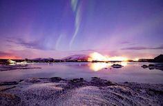Vista de la Laguna azul con una aurora boreal