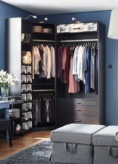 Um armário de canto, aproveita todo o espaço possível. Até ao último par de calças.