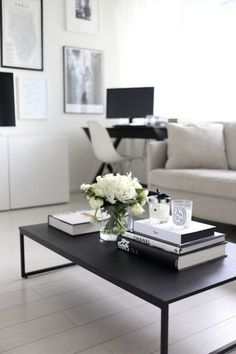 How to: Coffee Table Books und Styling-Tipps für Couchtische – Coffee Table – I… How to: Coffee Table Books and Styling Tips for Coffee Tables – Coffee Table – Ideas of Coffee Table – How to: Coffee Table Books and Styling Tips for Coffee Tables Black Coffee Tables, Cool Coffee Tables, Coffe Table, Coffee Table Design, Modern Coffee Tables, Black Table, Coffee Table Flowers, Simple Coffee Table, White Coffee