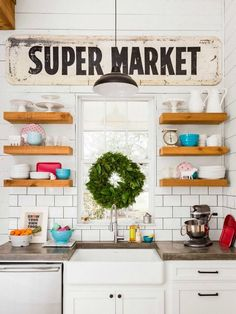 Fixer Upper inspired lighting for your home. Great round up of exact light fixtures used by Joanna Gaines on Fixer Upper. Add character to your home with farmhouse style light fixtures. Chip Et Joanna Gaines, Joanna Gaines House, Chip Gaines, Joanne Gaines, Kitchen Decor Signs, Farmhouse Kitchen Decor, Modern Farmhouse, Farmhouse Style, Fixer Upper Kitchen