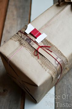 8 Simple Gift Wrapping Ideas with Brown Paper Creative Gift Wrapping, Creative Gifts, Simple Gift Wrapping Ideas, Pretty Packaging, Gift Packaging, Simple Gifts, Unique Gifts, Gift Wraping, Brown Paper Packages