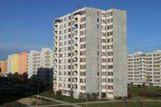 W Polsce znajdują się ponad 4 mln lokali w blokach z wielkiej płyty. Budowano je w PRL-u, zakładając, że będą stać maksymalnie 50-70 lat. Bloki do dziś stoją w najlepsze, a mieszkania cieszą się stałą popularnością. Coraz większe grono inwestorów zastanawia się jednak, ile jeszcze wytrzymają i czy w ogóle warto kupować mieszkanie w bloku z wielkiej płyty?