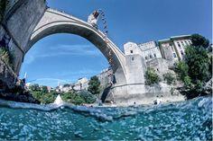 Foto: Salto río del clavadista colombiano Orlando Duque desde el puente Viejo de Mostar, en Bosnia-Herzegovina, por Red Bull