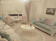 Pastel tonlarda uçuk renkler, yenilenmiş 30 senelik mobilyalara eşlik eden country stil parçalar ve abartısız, zarif aksesuarlarıyla Ankara'dan bir masalsı evin konuğuyuz..  Ailesine ait 30 senelik... Living Room Designs, Living Room Decor, Bedroom Decor, Country Stil, Colourful Living Room, Shabby Chic Homes, Dream Rooms, Decor Interior Design, Decoration