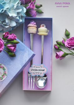 Polymer clay spoon and fork toppers. Cute Polymer Clay, Polymer Clay Miniatures, Fimo Clay, Polymer Clay Charms, Polymer Clay Projects, Clay Crafts, Polymer Clay Jewelry, Diy And Crafts, Clay Jar